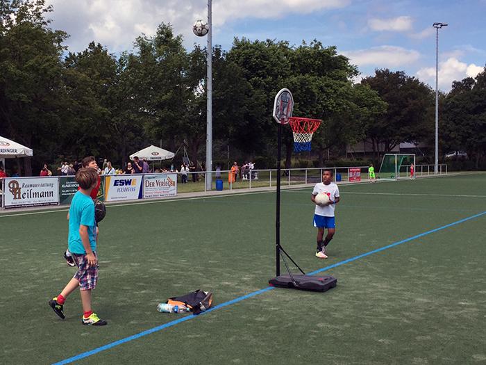 """Ungestraft """"Hand nehmen"""" war beim Basketball möglich."""