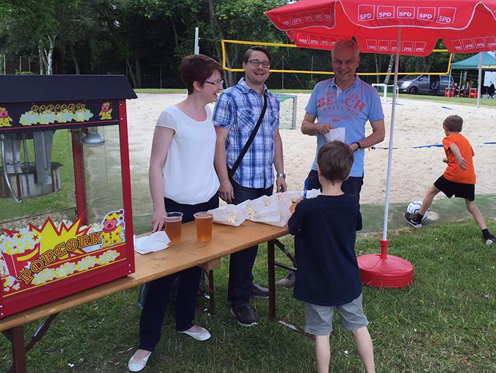 Gemeinsam für Bierstadt: Ortsvorsteher Stephan Belz (SPD) verteilt frisches Popcorn. Rechts daneben: Sein Stellvertreter im Ortsbeirat, Rainer Volland (CDU).