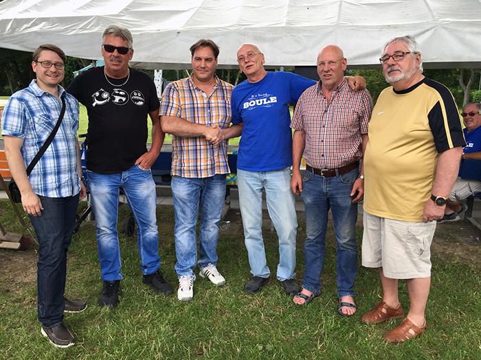 """Die """"Hardrock-Freunde Hockenberger Mühle"""" überreichen Roland Viol eine Geldspende für Lucius."""