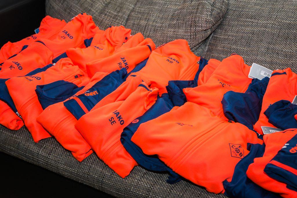 Mit dieser Hilfe konnten Trainingsanzüge für ein recht großes Fußballteam von 18 Kindern und 3 Trainern gestemmt werden.
